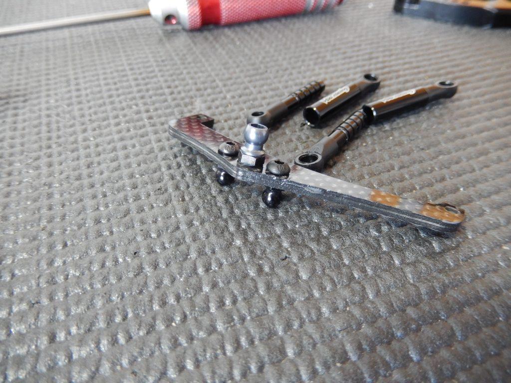 Soporte trasero de amortiguador, junto con los amortiguadores de fricción, a punto de ensamblarse